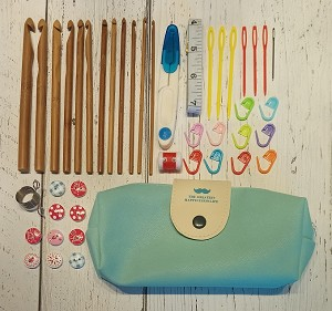Crochet and accessories kit with pocket